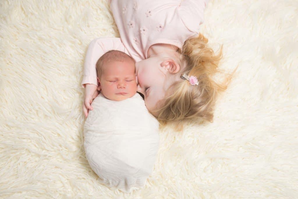 Newborn fotoshoot met broer of zus bij Eye-flash fotografie uit Spijkenisse